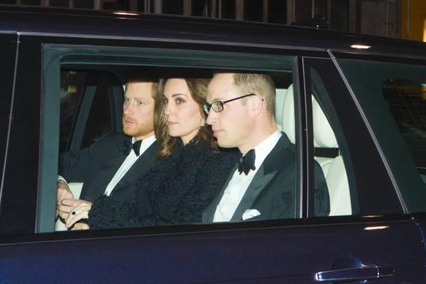 Prinz Harry, Herzogin Catherine und Prinz William auf dem Weg zur Feier der Queen am 20. November