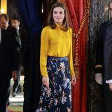 Beim Mittagessen im Zarzueapalast mit Palästinenserpräsident Mahmoud Abbas erscheint Königin Letizia in einer Kombination von Hugo Boss. Zum blumigen Plissee-Rock trägt sie eine gelbe Bluse. Ein Look, der mehr versteckt, als er zeigt. Was hat Letizia zu verbergen?