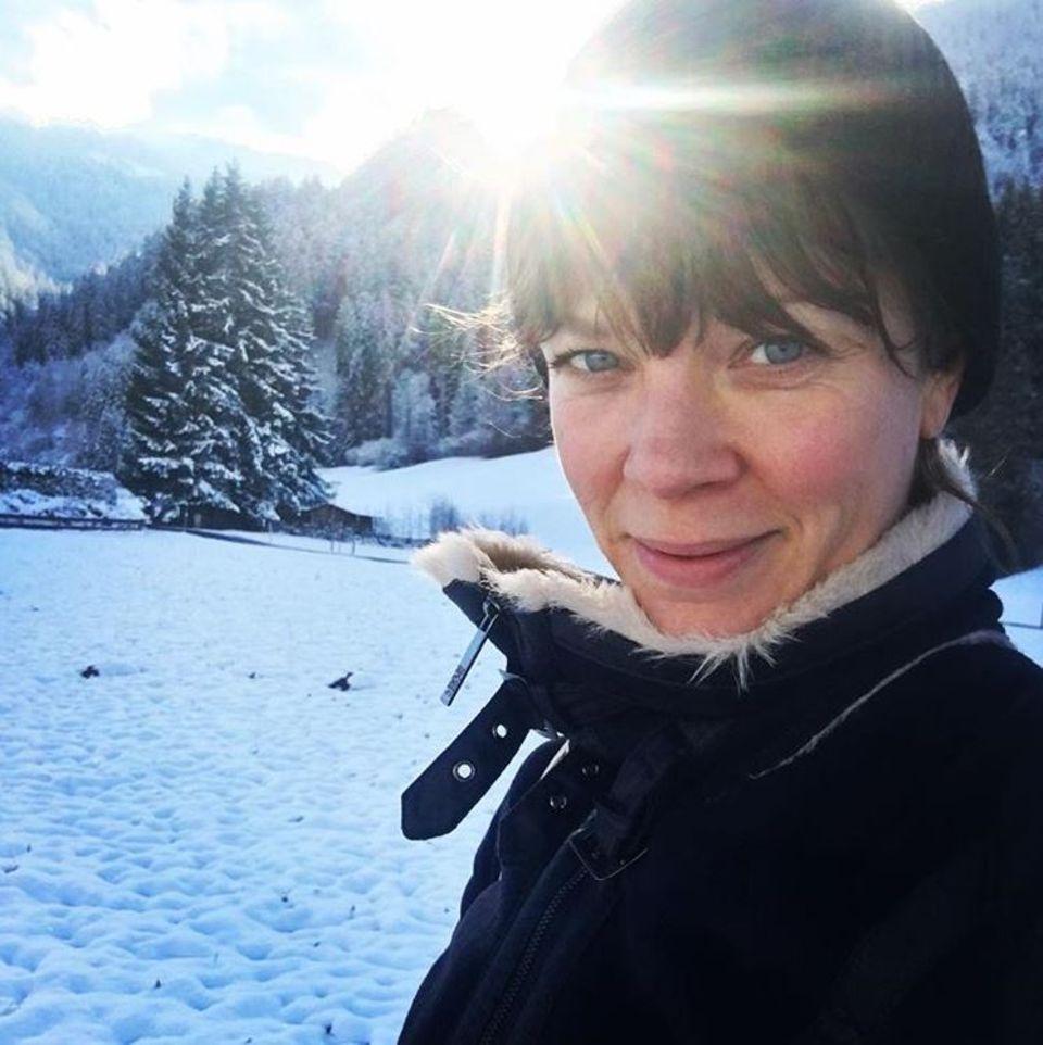 Ein Selfie vor verschneiter Traumkulisse. Schauspielerin Jessica Schwarz genießt die kalte, klare Schneeluft.