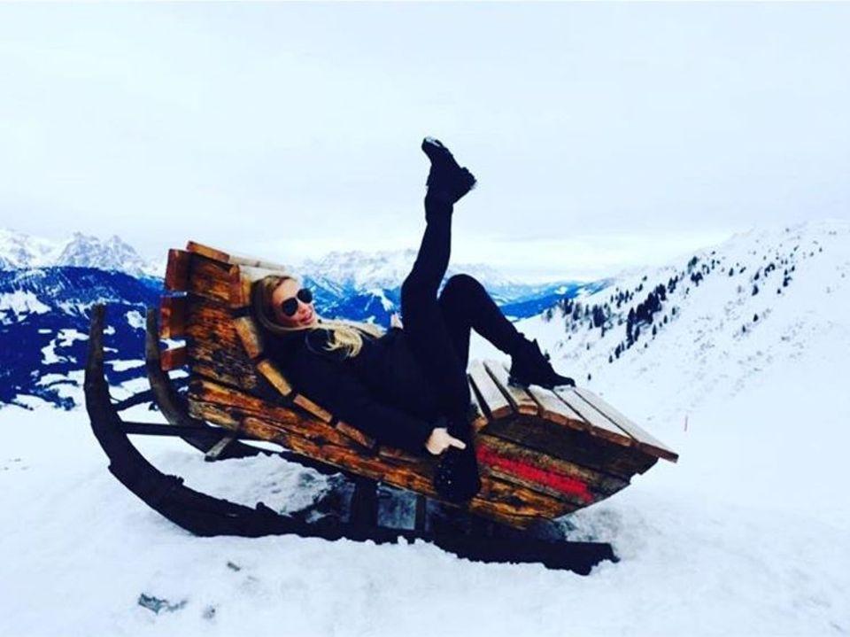 Was für eine Aussicht! Charlotte Würdig zeigt ein Throwbackfoto eines wunderschönen Plätzchens vor atemberaubender Schneelandschaft.