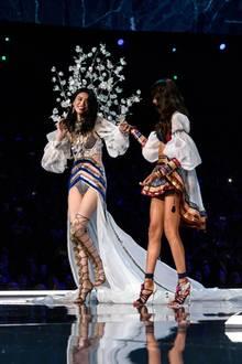 Ein Glück, kann das Model den fiesen Ausrutscher mit Humor nehmen. Peinlich berührt, aber mit breitem Grinsen im Gesicht lässt sich Ming Xi aufhelfen. Wie heißt es doch so schön: The show must go on!