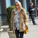 Auch in ihrer Schwangerschaft ist Nicky Hilton stets super stylisch unterwegs. Hier streift sie dunkler Jeans, gemusterter Volant-Bluse und Felljacke durch New York.