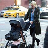 Fesche Mami! Nicky Hilton zeigt sich beim Spaziergang mit Babybauch und Kinderwagen in einer lässigen Kombination aus Jeans, Jeanshemd und Military-Mantel.