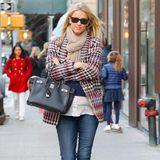 In einem coolen Look schlendert die schwangere Nicky Hilton durch New York. Zur Blue Jeans kombiniert sie eine weiße Bluse, einen dunkelblauen Pullover und eine bunte Jacke im Hahnentritt-Muster. Doch wo ist der Babybauch der Hotelerbin geblieben? Den versteckt sie stilvoll hinter einer luxuriösen Birkin Bag von Hermès.