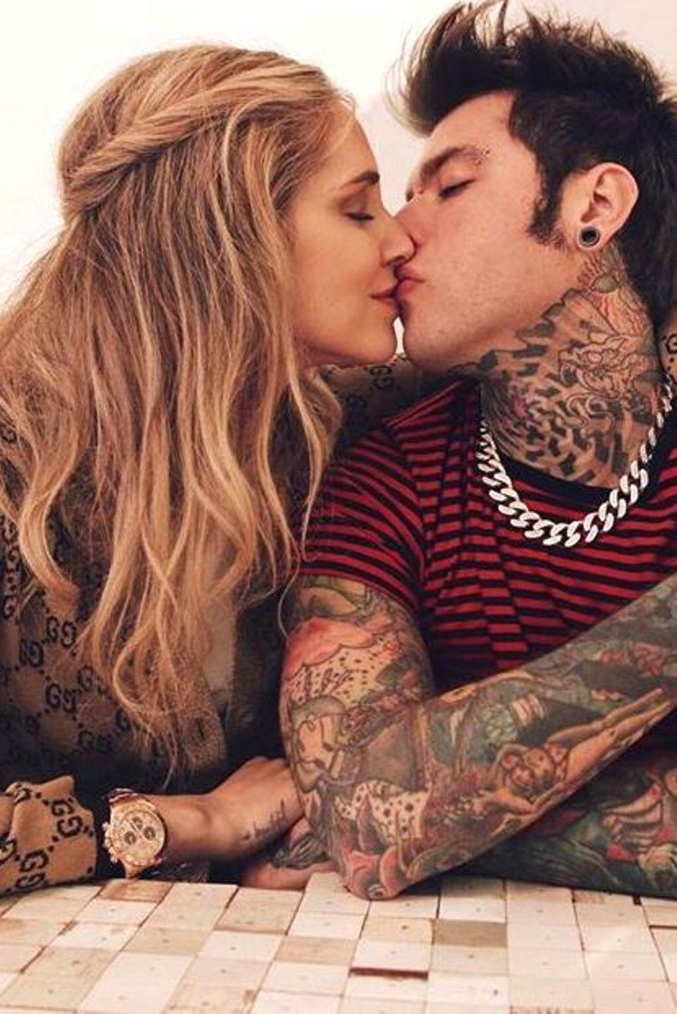 Chiara Ferragni und ihr Verlobter Fedez zeigen sich gerne knutschend: Die Mode-Influencerin und der Rapper erwarten voller Vorfreude ihr erstes Kind.