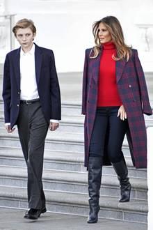 Zur Weihnachtsbaum-Lieferung für das Weiße Haus zeigt sich Melania Trump in einer stilsicheren Kombination aus rotem Kaschmir-Rollkragenpullover von Ralph Lauren und schwarzen Stiefeln von Victoria Beckham.