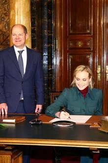 """21. November 2017  Diane Kruger und Fatih Akin sind in Hamburg um ihren Film """"Aus Dem Nichts"""" zu präsentieren. Zuvor tragen sie sich bei einem Besuch bei Bürgermeister Olaf Scholz ins Goldene Buch der Stadt ein."""
