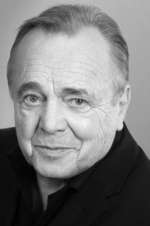 """20. November 2017: Dieter Bellmann (77 Jahre)  Über 19 Jahre war Dieter Bellmann als""""Prof. Dr. Gernot Simoni"""" in der ARD-Serie """"In aller Freundschaft"""" zu sehen. Seine Witwe gibt über eine Pressemitteilung des """"MDR"""" am 22. November bekannt, dass der beliebte Schauspieler gestorben ist."""