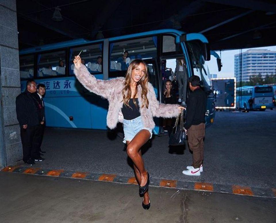 """Auf gehts zur großen """"Victoria's Secret"""" in Schanghai: Jasmine Tookes kanns kaum erwarten."""