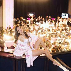 """""""Backstage bei der besten Show der Welt"""", postet Alessandra Ambrosio."""