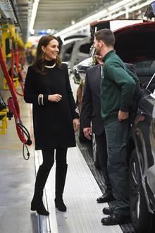 """Beim Besuch der """"Land Rover""""-Fabrik in Birmingham strahlt Herzogin Catherine in ihrem Mantel von """"Goat""""."""