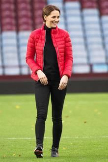 """In Sneaker und mit Light-Daunenjacke besucht Herzogin Catherine das """"St. Andrews""""-Stadium in Birmingham."""