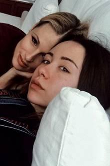 21. November 2017  Für süße Kuscheleinheiten mit der Mama ist man nie zu alt: Tochter Aurora genießt jede gemütliche Sekunde mit Mutter Michelle Hunziker.