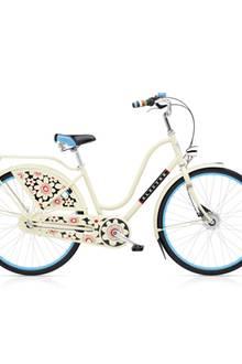 Keine Frage: Wir sind die Coolsten wenn wir mit diesem blumigen Fahrrad durch die Gegend cruisen. Damenrad Amsterdam Fashion Bloom/Creme von Electra, ca. 800 Euro