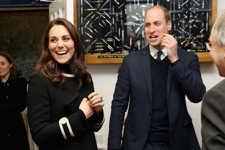 22. November 2017  Lachend stellen Herzogin Catherine und Prinz William fest, dass sie die Lautstärke der Trillerpfeife wohl etwas unterschätzt haben.