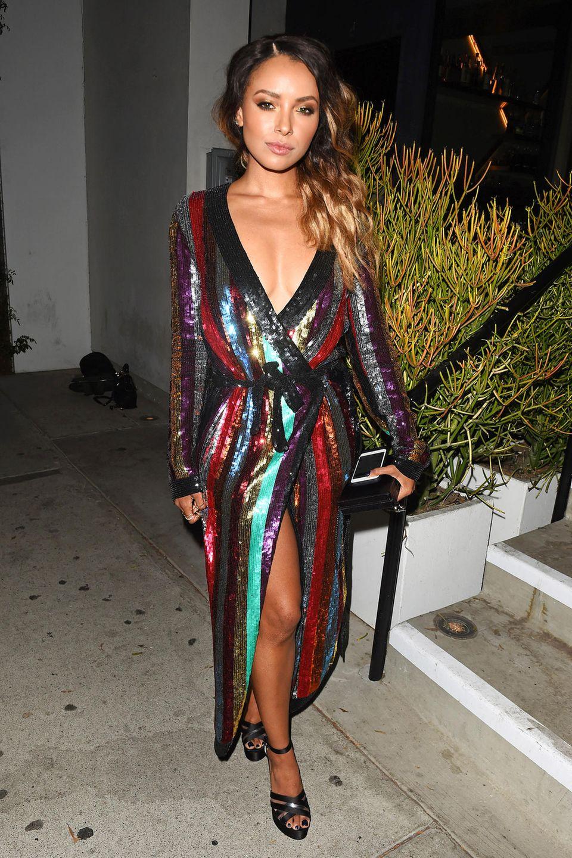 Im farbenfrohen, paillettenbesetzten Wickelkleid von Attico gibt sich Kat Graham bei einer Hollywood-Party im August ziemlich sexy.