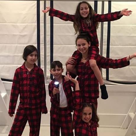 """22. November 2017  Familie Lopez-Rodriguez lässt Pyjama für sich sprechen. """"Schaut her, wir gehören zusammen"""", scheint sie mit ihrem Schlafanzug-Look sagen zu wollen. Die vier Kids von Jennifer und Alex sind alles andere als kleinkariert. Nur Stiefgeschwister? Nicht mit ihnen. Sie sind eine happy Family."""