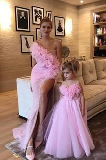 So ein süßer Partnerlook! Die russische Star-Bloggerin und Soviety-Schönheit Elena Perminova postet diese Foto von sich und ihrer kleinen Tochter Irina in aufeinander abgestimmten Prinzessinnen-Kleider des russischen Modehauses Ester Abner.