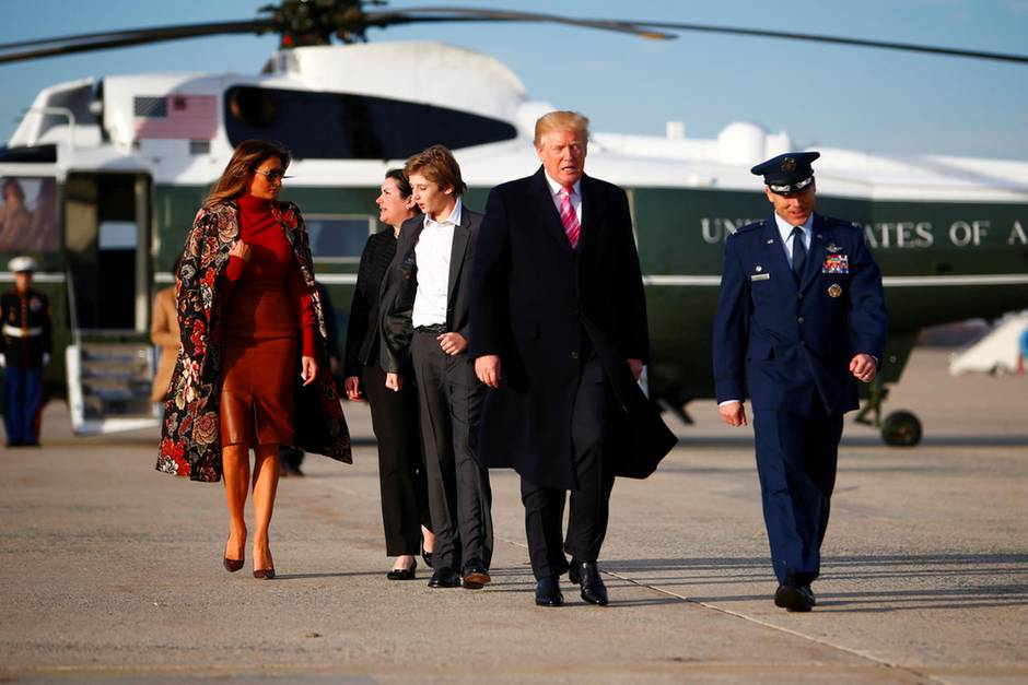 "Melania Trump, Barron Trump und Donald Trump auf dem Weg zur ""Air Force One"" am 21. November 2017"