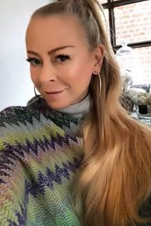 Auf Instagram verrät Jenny Elvers, mit welchem Beauty-Produkt sie den Glow auf ihren Wangen zaubert. Es scheint allerdings fast so, als habe sie neben dem Make-Up auch zu einer Fotobearbeitungs-App gegriffen. Ihr Gesicht wirkt sehr fein gezeichnet und fast schon unscharf. Ihr Glow ist aber ohne Frage ein echter Hingucker.