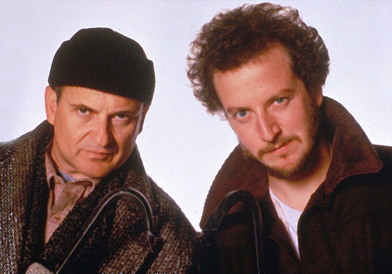 Wer Kevin kennt, weiß mit diesen beiden auch sofort etwas anzufangen: Joe Pesci und Daniel Stern alias Harry und Marv sind die Gauner aus den zwei beliebten Kevin-Filmen. Der aufgesetzte böse Blick trügt jedoch. Eher bringen die zwei den Zuschauer nämlich zum Lachen.