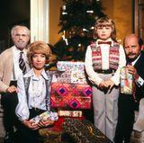 """Ende der 70er-Jahre feiert Loriots Familie Hoppenstedt das wohl bekannteste Weihnachtsfest des deutschen Fernsehens. Doch obwohl jeder den Sketch kennt, sind sich viele uneinig: Ist """"Zickezacke Hühnerkacke""""-Dicki nun ein Junge oder ein Mädchen?"""