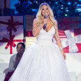 Aus der mädchenhaften Newcomerin ist im Laufe der Jahre eine richtige Pop-Diva geworden, die den großen Auftritt liebt. All Mariah wants for Christmas? Ganz einfach: Prinzessinnen-Kleider, ganz viel Glamour und jede Menge Make-up.