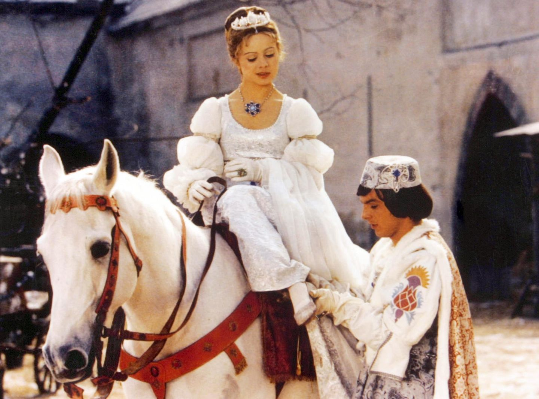 Pünktlich zur Adventszeit startet im Fernsehen der Aschenbrödel-Marathon. Dutzende Male wird der Klassiker im Öffentlich-Rechtlichen ausgestrahlt. Seit 1973 kehrt damit die tschechische SchauspielerinLibuše Šafránková regelmäßig auf unseren Bildschirm zurück. Damals ist sie 20 Jahre jung.