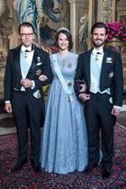 Bei einem Repräsentationsdinner im Königlichen Palast zeigte uns Prinzessin Sofia, hier eingerahmt von Prinz Daniel und Ehemann Prinz Carl-Philip, nun die ganze Pracht des schönen Spitzenkleids. Wir sind schon ganz gespannt, in welchem royalen Outfit sie sich bei der Taufe ihres Sohnes Prinz Gabriel am 1. Dezember präsentieren wird.