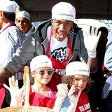 Wie viele andere Prominente unterstützt auch Nick Cannon die Obdachlosen in Los Angeles. Gemeinsam mit seinen Kindern Monroe und Moroccan verteilt er an Thanksgiving warmes Essen an die Bedürftigen.
