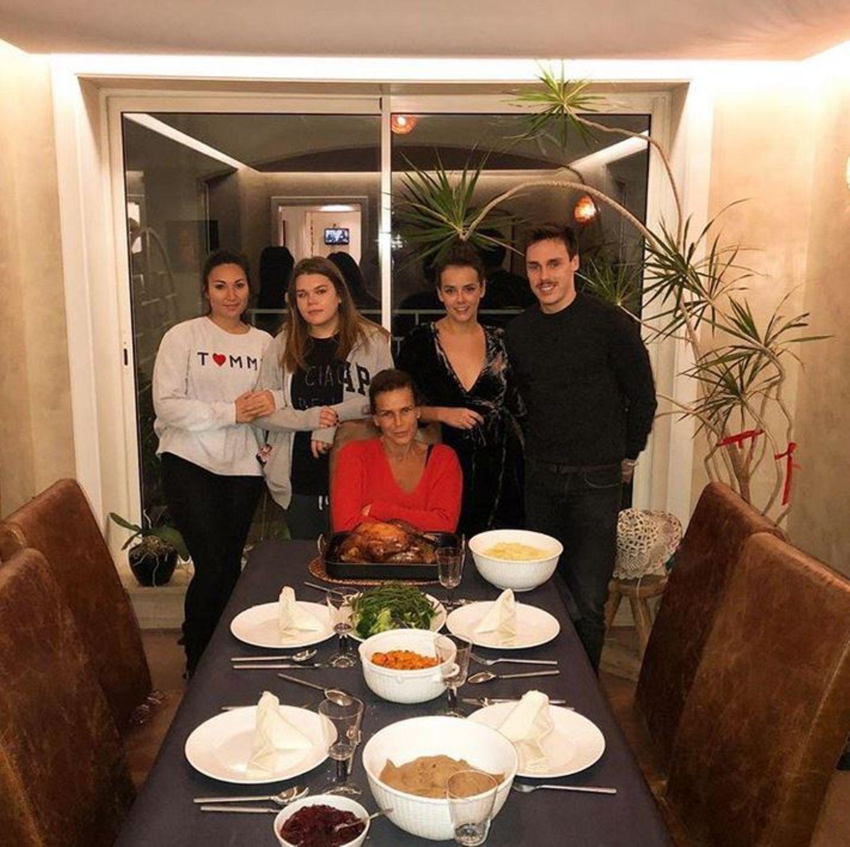 Ein Foto mit Seltenheitswert:Pauline Ducruet zeigt uns, wie bodenständig sie mit ihrer MutterStéphanie von Monaco und ihren Geschwistern Camille Gottlieb und Louis Ducruet und dessen Freundin Marie Thanksgiving feiert.