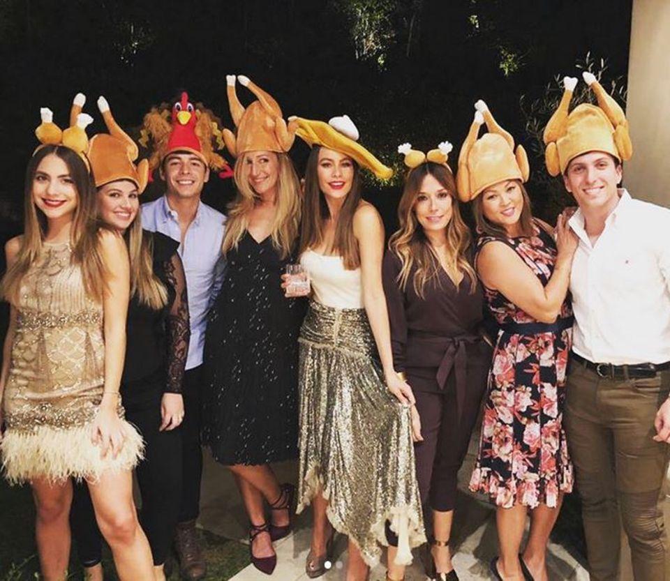 Sofia Vergara hat sich für dieses Jahr viel einfallen lassen. Gemeinsam mit ihren Freunden hat sie sich lustige Truthahn-Hüte aufgesetzt ...