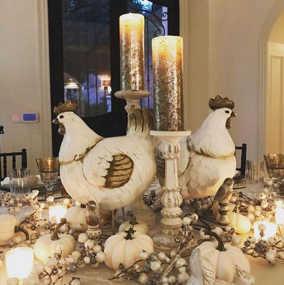 ... Auch die Festtafel ist üppig mit Kerzen, Kürbissen und Hühnern dekoriert.