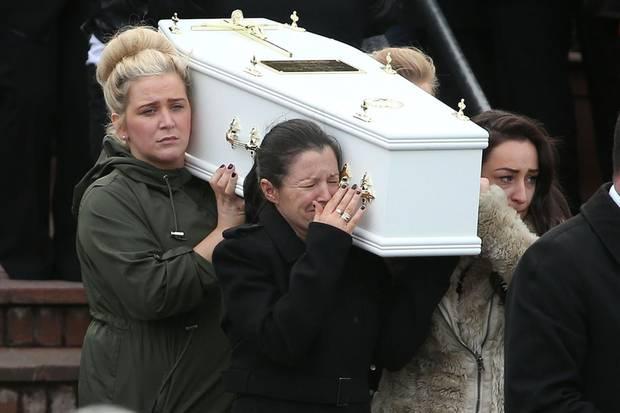 Louise James trägt den Sarg ihres Sohnes zu Grabe