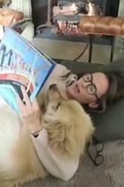 Ist das niedlich! Jennifer Garners Hund Birdie hat ein ungewöhnliches Hobby: Der süße Zottel scheint es zu genießen sich von Frauchen aus Kinderbüchern vorlesen zu lassen.