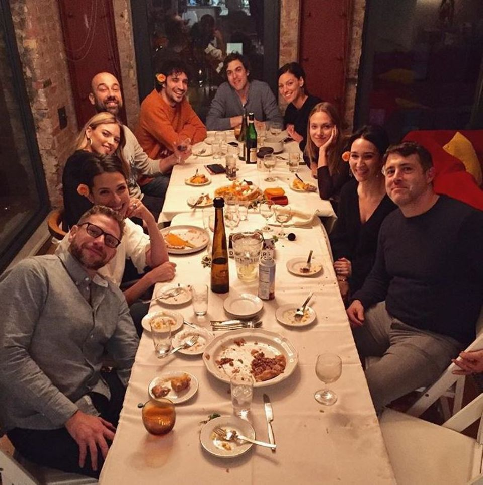 Supermodel Martha Hunt (die blonde Dame links im Bild) genießt ein geselliges Thanksgiving-Essen mit Freunden.