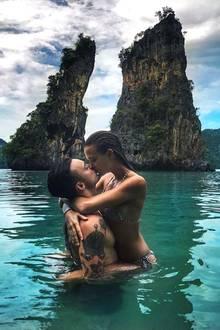 Wow, wie romantisch: Eng umschlungen, im türkisblauen Salzwasser, küssen sich Sänger Alexander DeLeon und Supermodel Josephine Skriver.