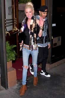 Es ist Tara Reid. Zur Date-Night mit ihrem Freund geht sie in heller Skinny Jeans und Top total unter. Storchenbeine und ein super schmaler Oberkörper. Bleibt zu hoffen, dass das Dinner ganz besonders ausgiebig war.