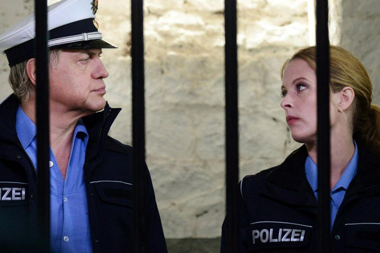 """""""Der Bulle und das Landei: Von Mäusen, Miezen und Moneten"""": Killmer (Uwe Ochsenknecht) und Kati (Diana Amft) sind in der Zelle"""