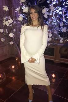 """Ganz in Weiß strahlt Cathy Hummels bei den """"Place To B Influencer Awards"""" in Berlin. Wieder einmal wählt sie ein figurbetontes Kleid in Midi-Länge. Die 29-Jährige lässt auch hochschwanger keine Party aus."""