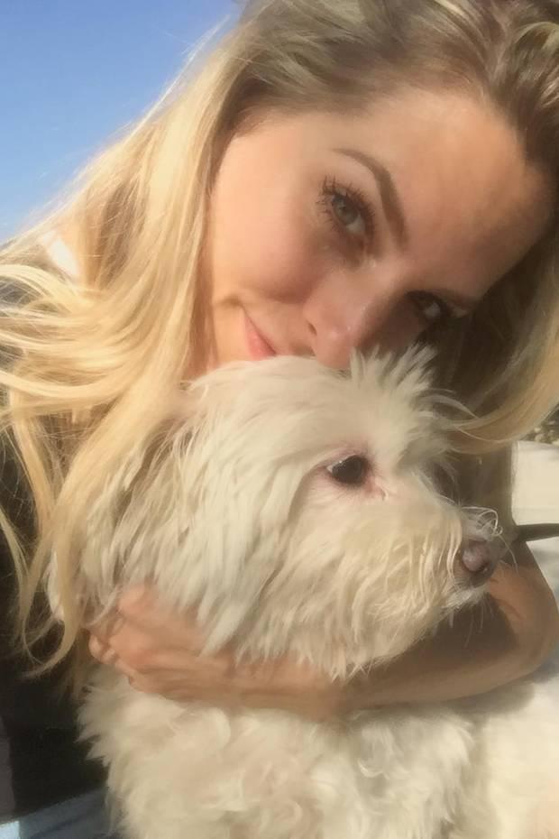 Sandy Mölling knuddelt ihre Hunde-Dame, die mittlerweile seit 14 Jahren ihre treue Begleiterin ist. Zusammen genießen die beiden die Sonne Kaliforniens.
