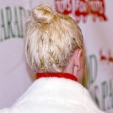 Dass man hinten keine Augen hat, ist angesichts der fiesen Frise dieses Promis wirklich tragisch. Aber wer trägt so einen strähnigen, verknöterten Dutt bei einem Red-Carpet-Event?