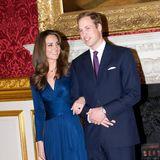 Passend zum berühmten Verlobungsring mit großem Saphir strahlte Kate Middleton bei Bekanntgabe ihrer Verlobung am 16. November 2010 in diesem blauen Dress von Issa, das binnen kürzester Zeit vergriffen war. Und auch Prinz William hatte sich, wie jetzt sein Bruder Harry für einen blauen Anzug entschieden.