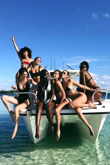 27. November 2017  Kendall Jenner, Bella Hadid, Hailey Baldwin und Co. verzaubern das sonnige Urlaubsparadies.