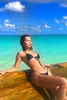 27. November 2017  Heiß, heißer, Bella Hadid. Das Supermodel genießt die atemberaubende Strandlandschaft.