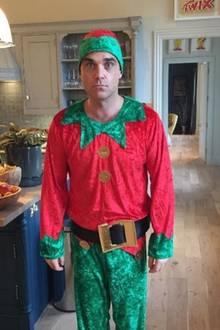 Robbie Williams stellt mit Erstaunen fest, dass es nur noch einen Monat bis Weihnachten ist. Das passende Outfit hat der Sänger jetzt schon gefunden.