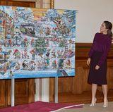 """3. November 2017  Alle Jahre wieder ... Prinzessin Mary präsentiert in Dänemark die neue Weihnachtsmarke, die das winterliche Treiben im Land der Zwerge (dänisch: """"Nisse"""") zeigt."""