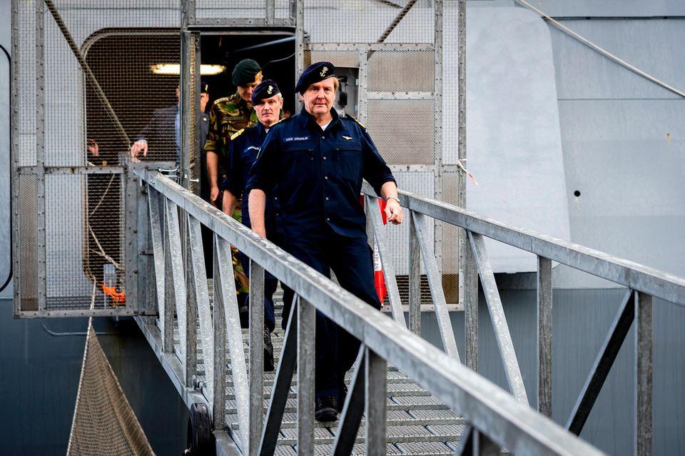 Sieht aus wie ein Militär-Werbevideo, ist aber nur ein König bei seinen ganz normalen Repräsentationsaufgaben: König Willem-Alexander besuchteden Admiralsrates der Königlichen Marine und inspizierte bei der Gelegenheit auch ein Versorgungsschiff.