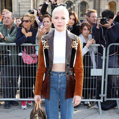 Michelle Williams trägt ihre Patchwork-Jacke mit Seventies-Jeans und Logo-Bag (alles von Louis Vuitton)