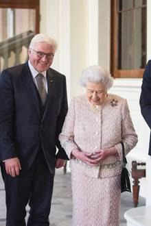 28. November 2017  Der Bundespräsident zu Besuch in Großbritannien: Ehefrau Elke Büdenbender und Frank-Walter Steinmeier werden von der Queen und Prinz William willkommen geheißen. Derweilen scheint Herzogin Catherine einen weit spaßigeren Termin erwischt zu haben ...